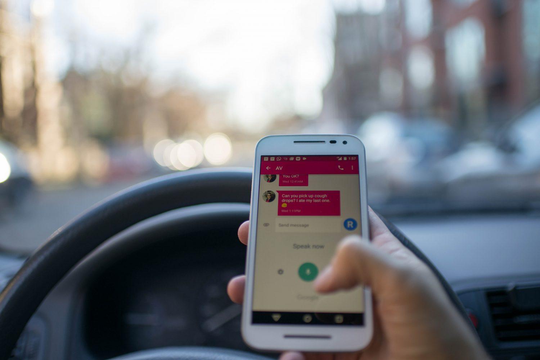 Guida pericolosa - Distrazione - Smartphone (Foto Roman Pohorecki - Pexels) Imc